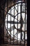 Vista attraverso la torre di chiesa dell'orologio Fotografie Stock