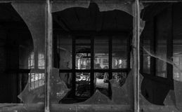 Vista attraverso le finestre rotte Immagini Stock Libere da Diritti