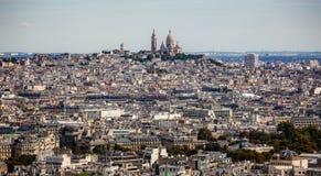 Vista attraverso Parigi alla basilica di Sacre Coeur dalla torre Eiffel a Parigi immagine stock libera da diritti