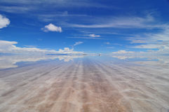 Vista attraverso Salar sommerso de Uyuni Fotografia Stock