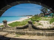 Vista attraverso un arco di pietra all'oceano Immagini Stock Libere da Diritti