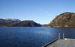 Vista attraverso un fiordo in Norvegia fotografie stock libere da diritti