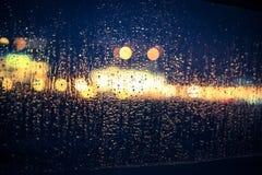 Vista attraverso una finestra nella pioggia Fotografie Stock Libere da Diritti