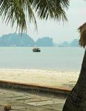 Vista attraverso una spiaggia alle isole della baia di Halong, Vietnam Immagini Stock Libere da Diritti