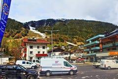 Vista austriaca della strada della stazione sciistica delle alpi Fotografia Stock