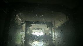 Vista automatica dell'autolavaggio dall'interno dell'automobile archivi video