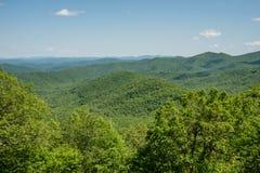 Vista azul bonita de Ridge Parkway, North Carolina fotografia de stock