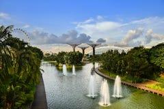 Vista azul del jardín por la bahía Singapur Fotografía de archivo