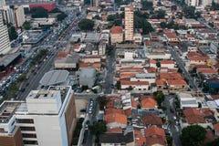 Vista bassa commerciale e residenziale delle costruzioni da una torre alta Fotografia Stock