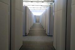 Vista bassa del corridoio moderno pulito dell'ufficio del cubicolo immagini stock