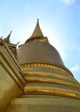 Vista bassa della pagoda dell'oro fotografia stock