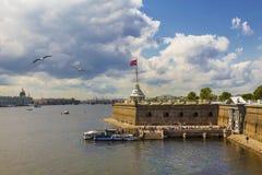 Vista bastione della fortezza di Paul e di Peter, St Petersburg immagine stock