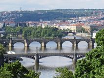 Vista a bello panorama di Praga con i ponti multipli sopra il fiume della Moldava fotografia stock