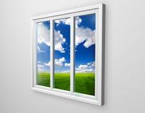Vista bianca della finestra sul campo verde Fotografie Stock Libere da Diritti