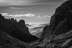 Vista in bianco e nero del paesaggio delle montagne e del hil nebbiosi di rotolamento Fotografia Stock