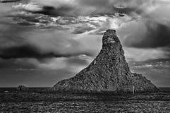Vista in bianco e nero delle rocce famose del Aci Trezza, Catania, Sicilia, Italia immagine stock libera da diritti