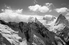Vista in bianco e nero sul picco di alte montagne Immagini Stock Libere da Diritti