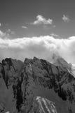 Vista in bianco e nero sull'alta montagna nell'inverno Immagine Stock