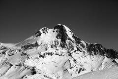 Vista in bianco e nero sull'alta montagna nevosa all'inverno Fotografie Stock