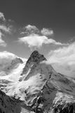 Vista in bianco e nero sulle alte montagne di inverno in neve Fotografia Stock