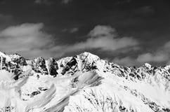 Vista in bianco e nero sulle montagne nevose nel giorno soleggiato Fotografia Stock Libera da Diritti