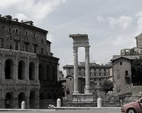 Vista in bianco e nero sulle rovine del teatro di Marcello e del tempio di Apollo Sosiano a Roma immagine stock libera da diritti