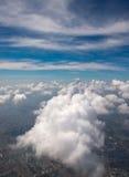 Vista Bird's-eye delle nubi del cielo blu Immagine Stock