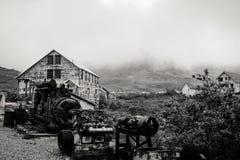 Vista blanco y negro de la mina abandonada de la independencia a lo largo del paso del ` s Hatcher de Alaska imagen de archivo libre de regalías