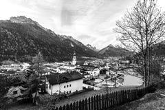 Vista blanco y negro de la pequeña ciudad Fulpmes en el valle alpino, el Tirol, Austria imágenes de archivo libres de regalías