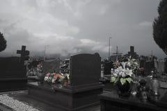 Vista blanco y negro de un cementerio católico Sepulcros de los muertos Fotografía de archivo
