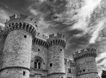 Vista blanco y negro del palacio del gran maestro de los caballeros de Rodas contra un cielo dramático, Grecia fotografía de archivo