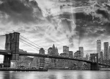 Vista blanco y negro del puente de Brooklyn y de Manhattan céntrica a imagen de archivo libre de regalías