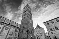Vista blanco y negro hermosa del campanario de la catedral de San Zeno en Pistóia, Toscana, Italia fotografía de archivo