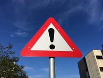 vista blu della tinta del segnale stradale di angolo largamente fotografia stock libera da diritti