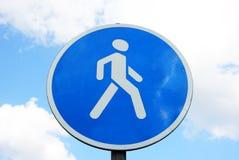 vista blu della tinta del segnale stradale di angolo largamente immagine stock