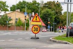 vista blu della tinta del segnale stradale di angolo largamente immagini stock