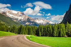 Vista bonita à estrada nas dolomites, cumes, Itália fotografia de stock