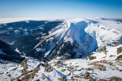 Vista bonita às montanhas do inverno fotografia de stock