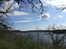 Vista bonita ao longo do lago calmo Fotografia de Stock