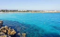 Vista bonita ao mar azul do greco fotografia de stock royalty free