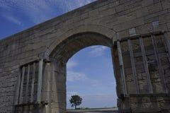 Vista bonita através da entrada do arco da parede velha do forte Fotos de Stock Royalty Free