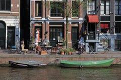 Vista bonita com as casas holandesas tradicionais ao longo da margem de imagens de stock