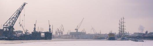 Guindastes da vista no porto Imagem de Stock