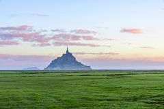 Vista bonita da abadia famosa do Le Mont Saint Michel na ilha, Normandy, França do norte, Europa imagens de stock
