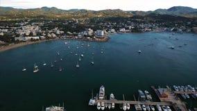Vista bonita da baía com opinião aérea dos iate video estoque
