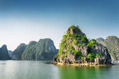Vista bonita da baía longa do Ha, o mar do Sul da China, Vietname imagens de stock royalty free