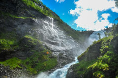 Vista bonita da cachoeira de Kjosfossen através do monte em Aurland, Noruega imagem de stock