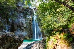 Vista bonita da cachoeira escondida na floresta fotografia de stock
