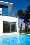 Vista bonita da casa de campo moderna do feriado Foto de Stock Royalty Free