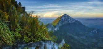 Vista bonita da cimeira da montanha da montagem Pulai imagens de stock